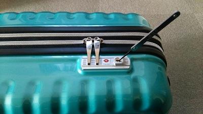 スーツケースの鍵を開ける作業