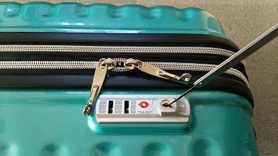 スーツケースの鍵が開いた